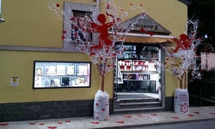 idee regali vetrina negozio Esterno punto vendita Gioielleria Zimarino San Salvo in occasione di San Valentino festa degli innamorati